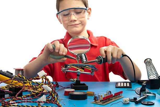 Junge Weichlöten eine elektronische Anzeigetafel – Foto