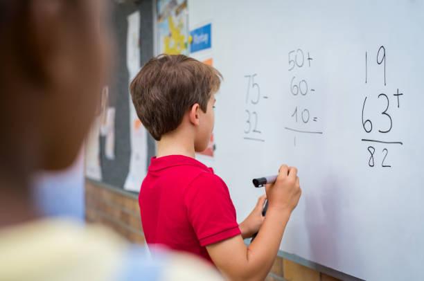 Garçon résoudre les problèmes de math - Photo