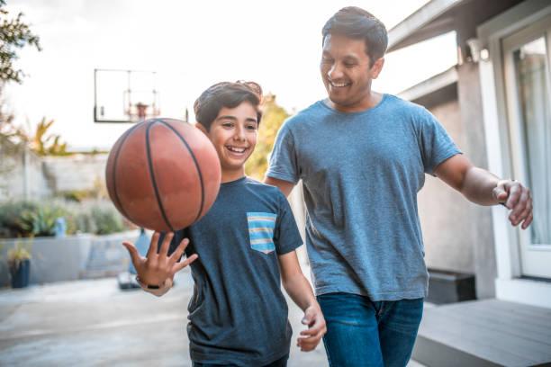 pojke spinning basket medan promenader av far - förälder bildbanksfoton och bilder