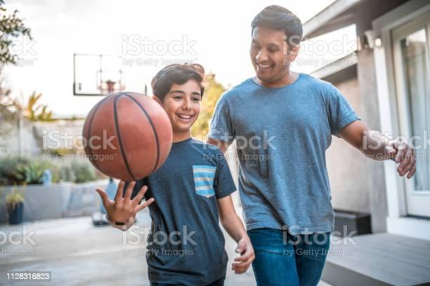 Jongen Spinnen Basketbal Tijdens Het Wandelen Door Vader Stockfoto en meer beelden van 30-39 jaar