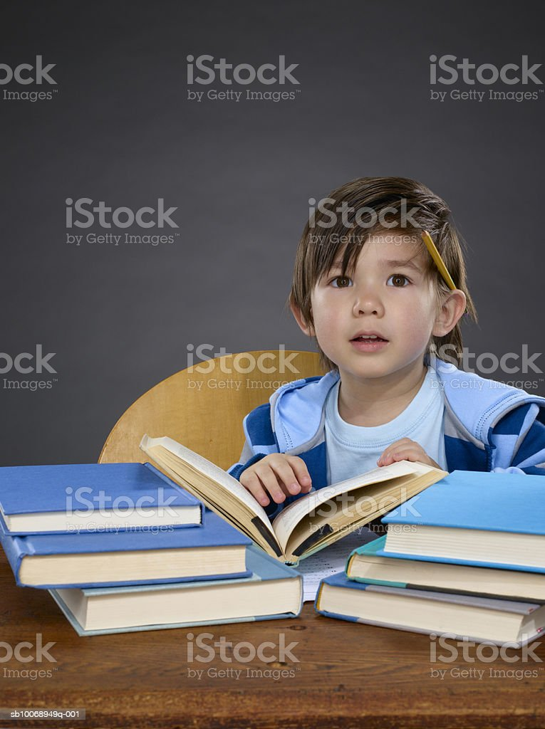 Boy (2-3) studying, portrait Lizenzfreies stock-foto