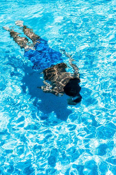 Chłopiec pływanie w basenie – zdjęcie