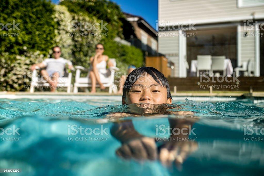 Junge, Schwimmen im Schwimmbad – Foto