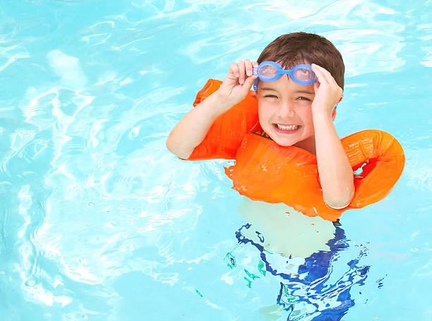 junge schwimmen - wasser sicherheitsausrüstung stock-fotos und bilder