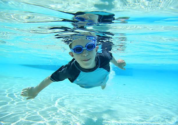 boy swimming, submarinas tomadas - vuelta completa fotografías e imágenes de stock