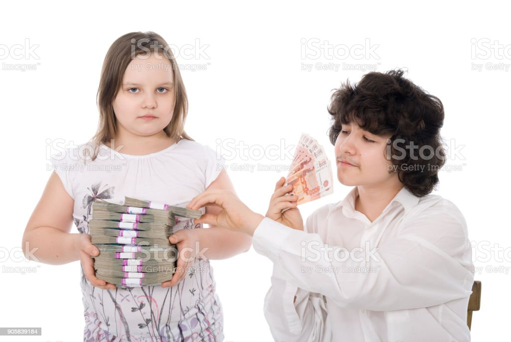 niño le quita un lote de dinero desde niña - foto de stock