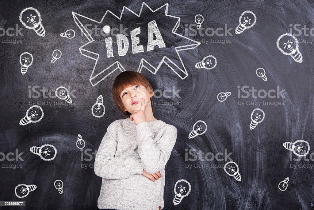 Junge denken und im Hintergrund – Foto