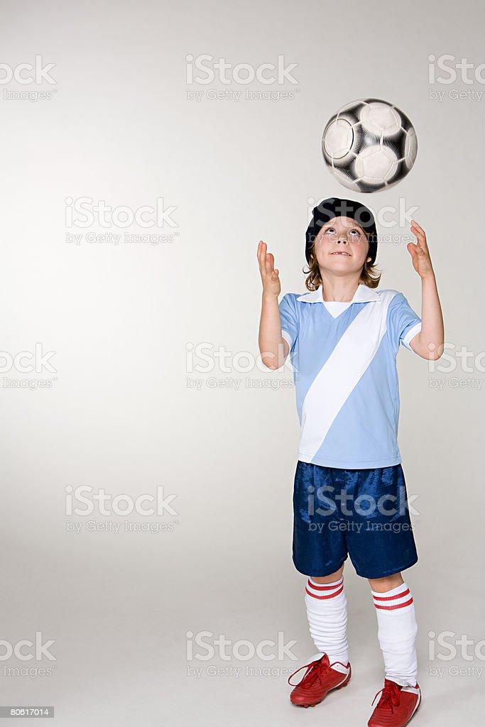 Um rapaz atirando a bola de futebol americano foto de stock royalty-free