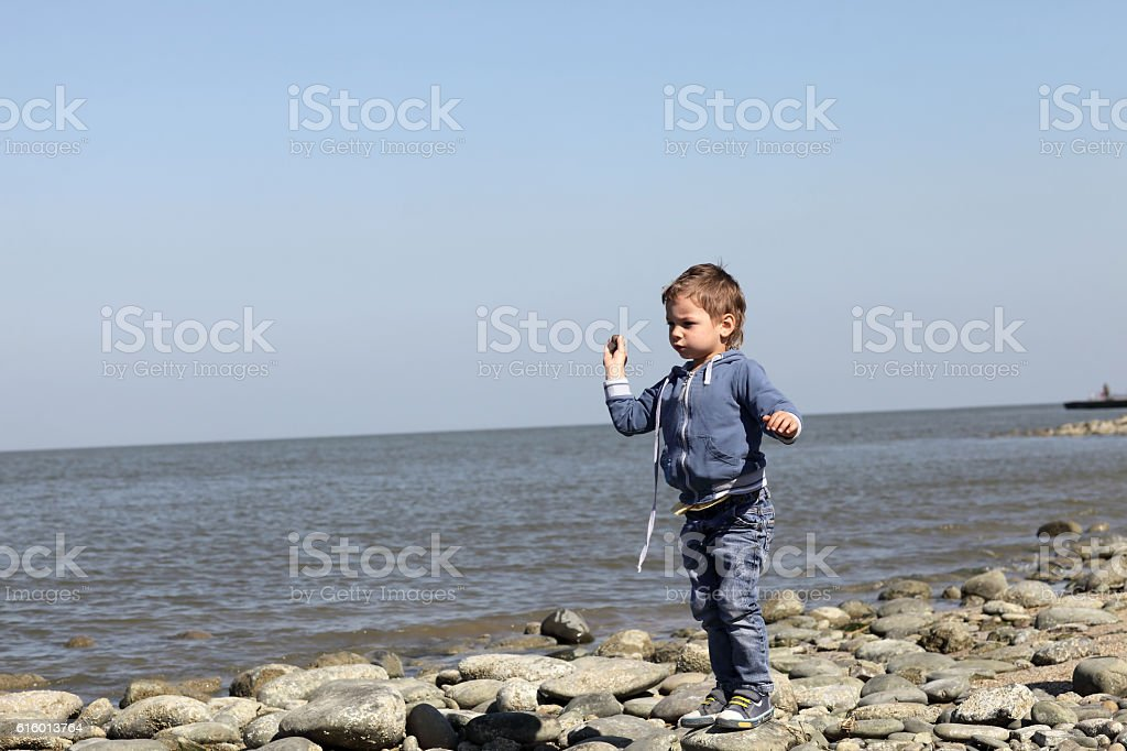 Boy throws pebbles – Foto