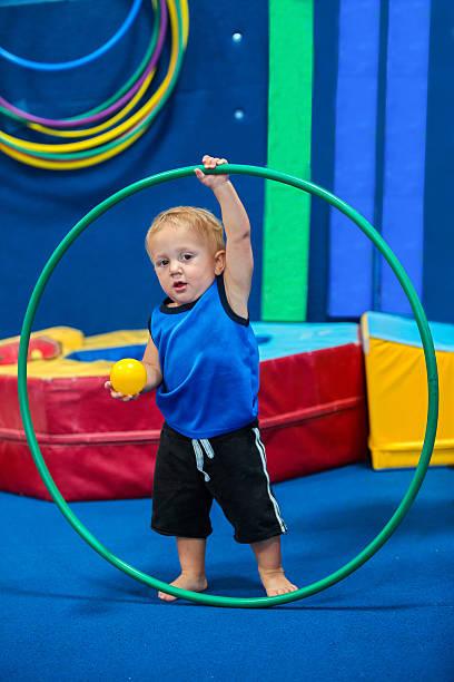 junge kleinkind spielen - hula hoop workout stock-fotos und bilder