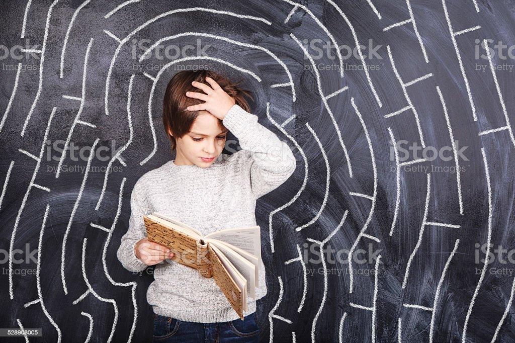 Junge versucht, das Labyrinth zu lösen – Foto