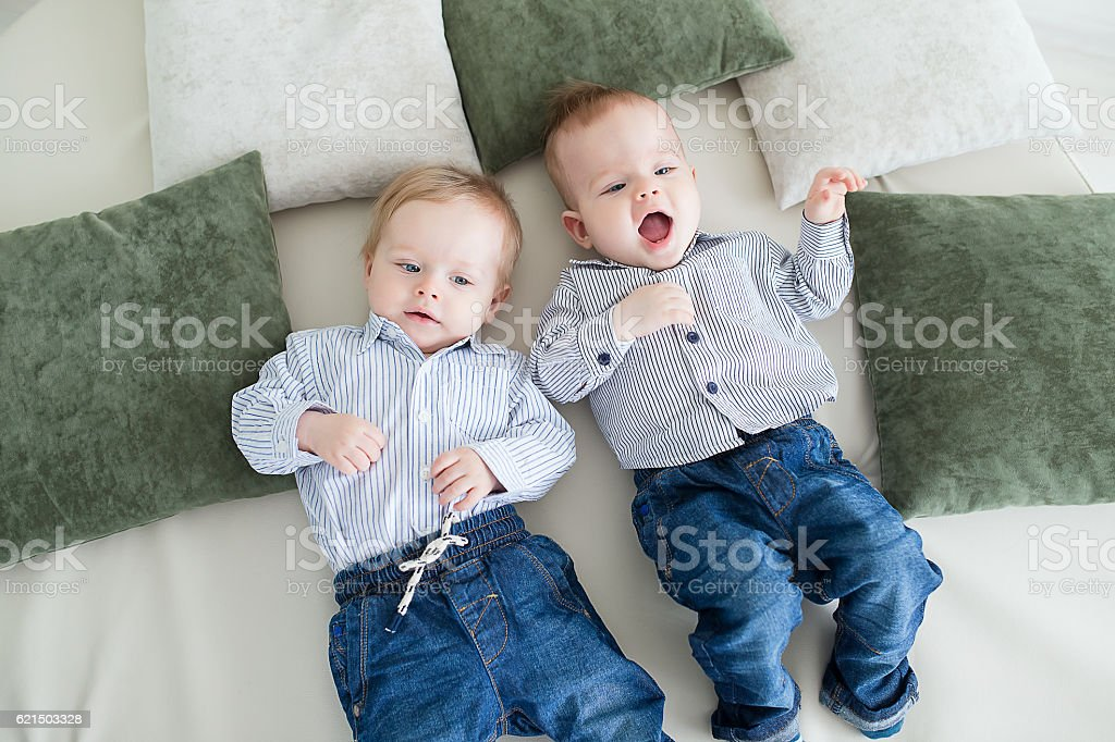 boy twins playing on the floor Lizenzfreies stock-foto