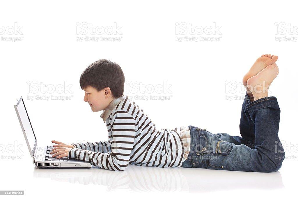 Ragazzo utilizzando un computer portatile - foto stock