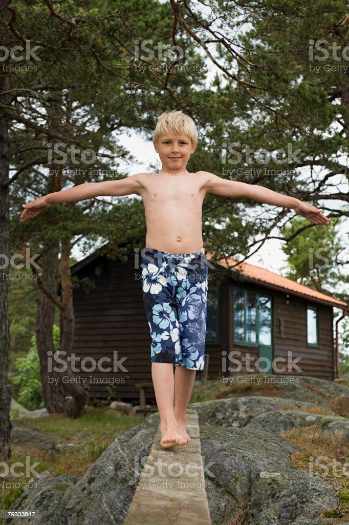 a boy 沿った木の板 ロイヤリティフリーストックフォト
