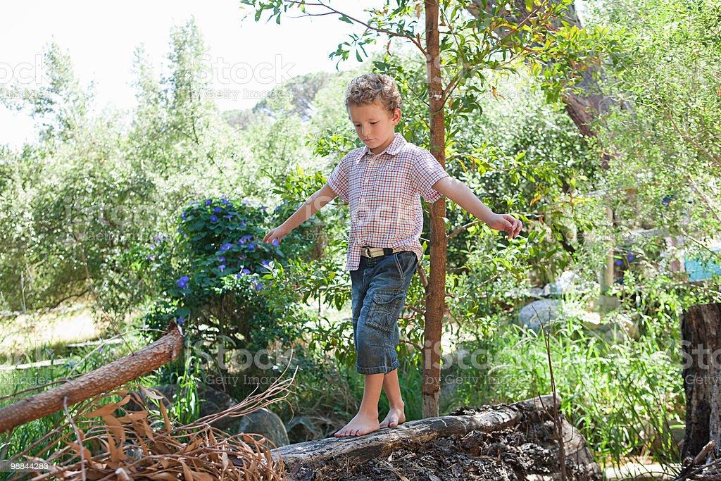Мальчик ходить на журнал Стоковые фото Стоковая фотография