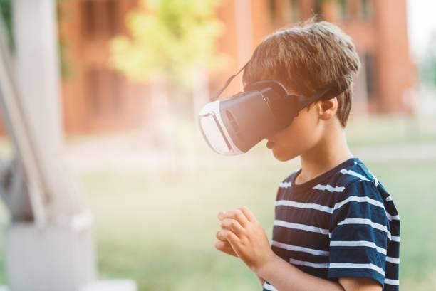 simulation in der virtuellen realität googles gerade junge - cro maske stock-fotos und bilder