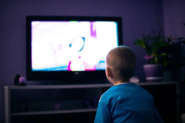 男孩看電視在黑暗中 - 卡通 個照片及圖片檔