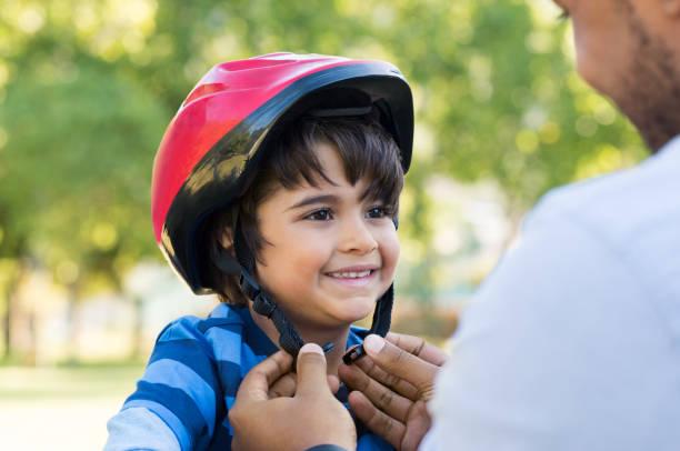 boy wearing cycle helmet - kask sportowy zdjęcia i obrazy z banku zdjęć