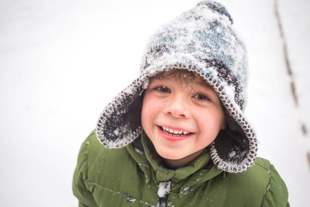 男孩冬天演奏 - 冬天大衣 個照片及圖片檔