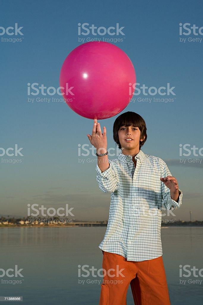 Niño con una pelota de playa foto de stock libre de derechos