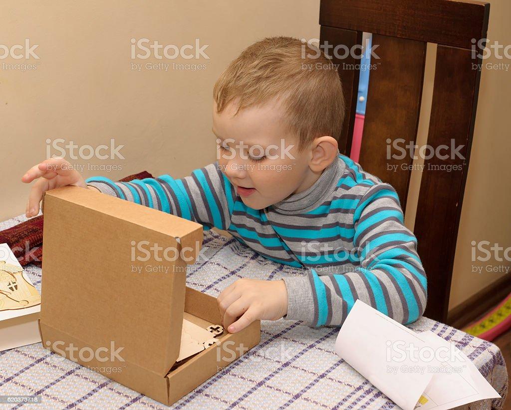 Chłopiec z kartonowym pudełku, zbiór zdjęć royalty-free
