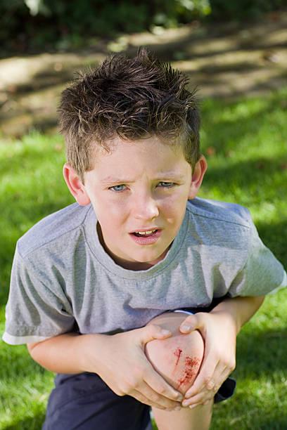 Petit garçon avec un genou éraflée - Photo