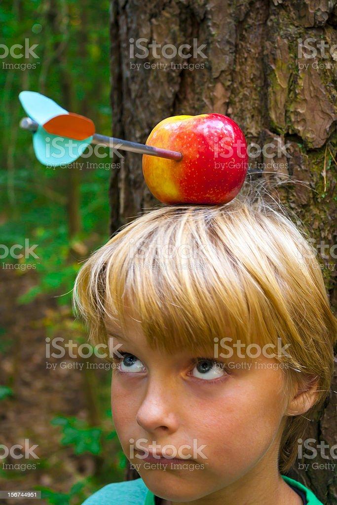 Junge mit Apfel auf dem Kopf – Foto