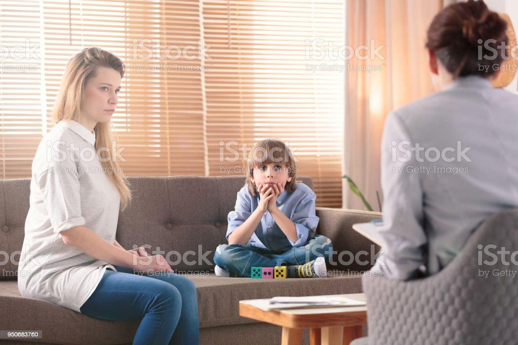 Niño con autismo y madre - foto de stock