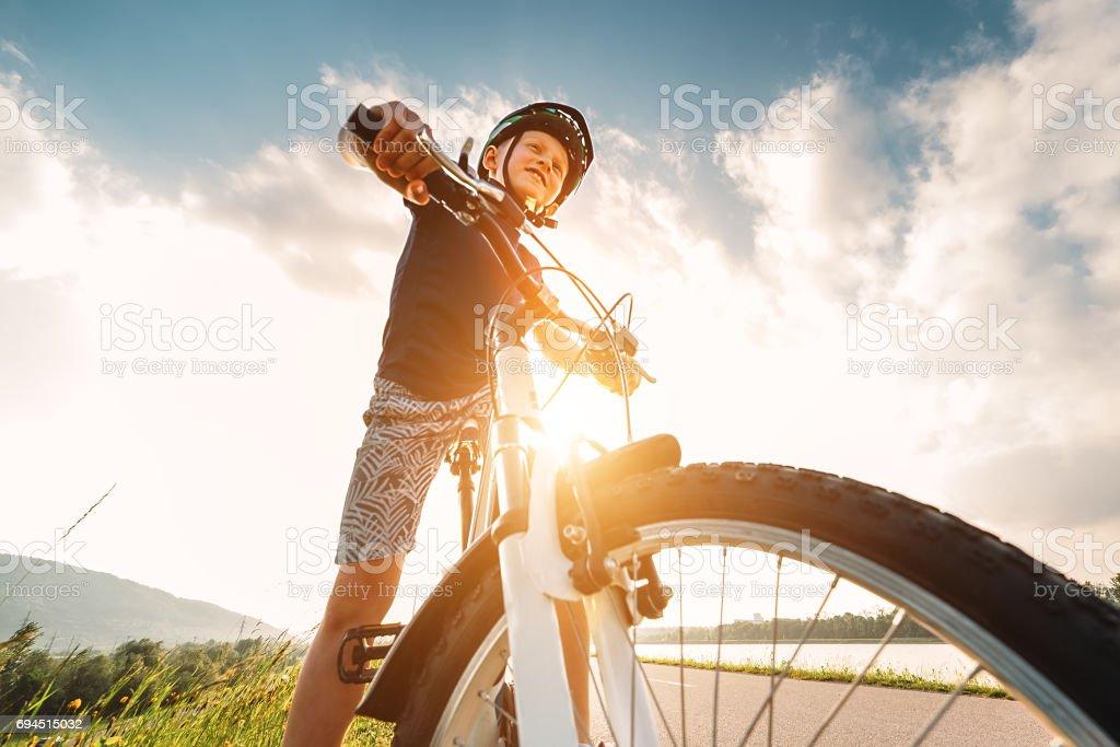 Junge mit Fahrrad - Lizenzfrei Aktiver Lebensstil Stock-Foto