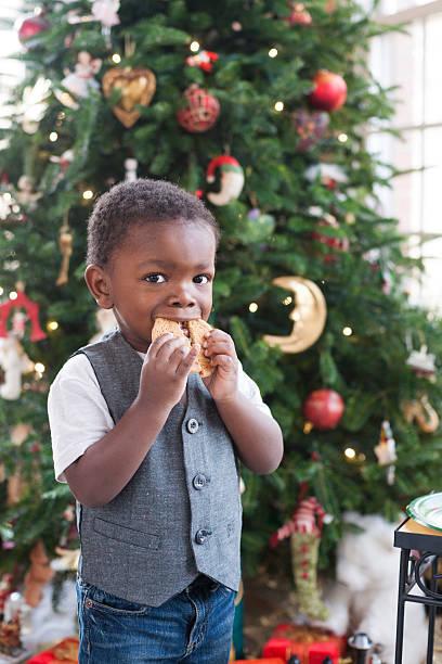 ragazzo con biscotto di natale - santa claus tiptoeing foto e immagini stock