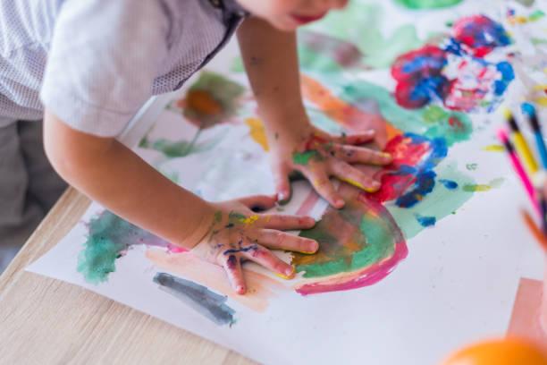 다채로운 손으로 소년 - 예술 공예품 뉴스 사진 이미지