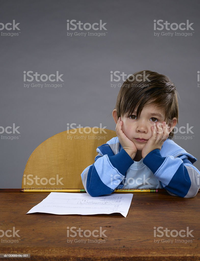 Boy (2-3) with hand on chin, portrait foto royalty-free