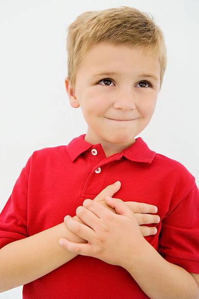menino com mão no coração - mão no peito imagens e fotografias de stock