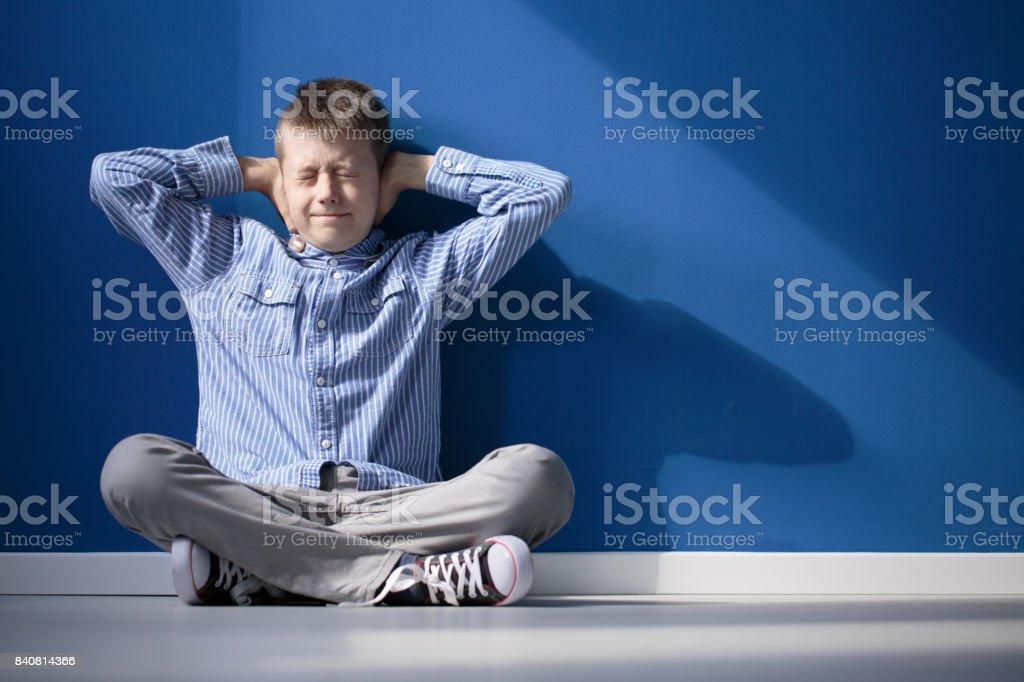 Niño con hipersensibilidad auditivo - foto de stock