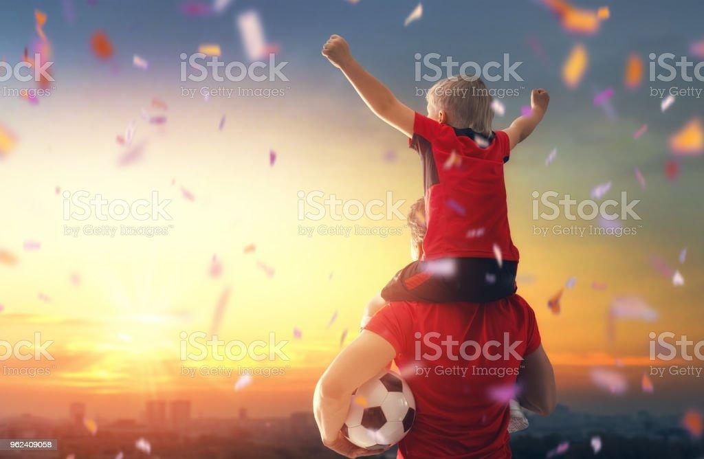 Junge mit Mann Fußball spielen – Foto