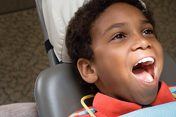 Junge mit Mund öffnen – Foto