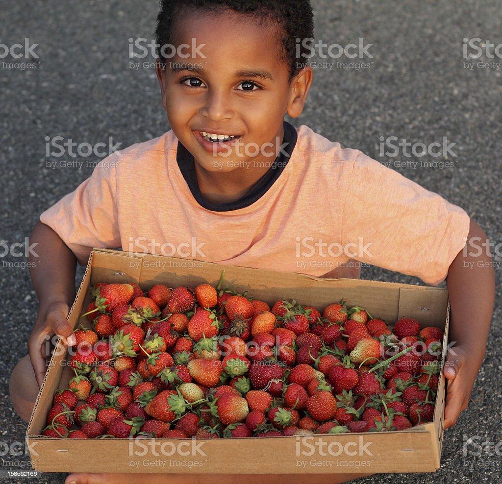 남자아이 딸기 royalty-free 스톡 사진