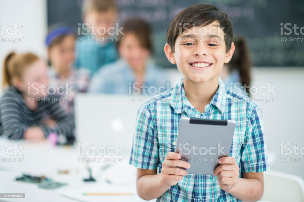 Menino com Tablet - foto de acervo