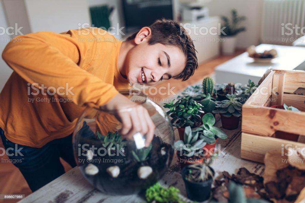 Junge mit Terrarium zu Hause – Foto