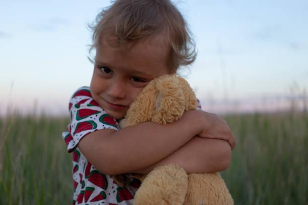 Niño con juguete en la naturaleza - foto de stock