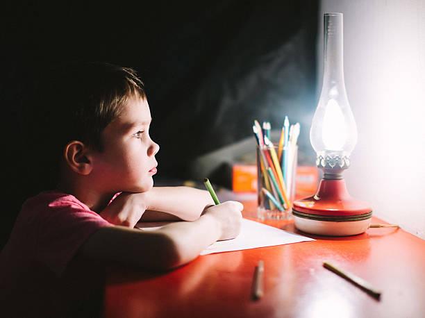 Junge schreibt – Foto