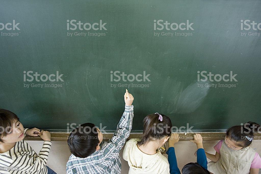 少年黒板に書く ストックフォト