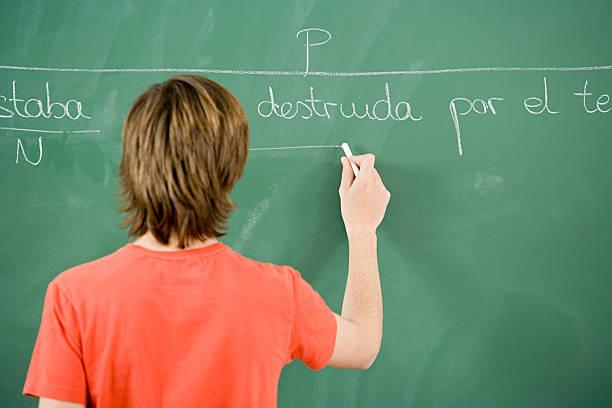menino escrevendo no quadro-negro - aula de idioma - fotografias e filmes do acervo