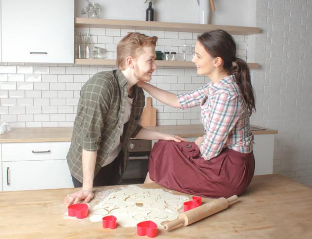 彼氏と彼女、一緒にバレンタインの日にクッキーを作る ストックフォト