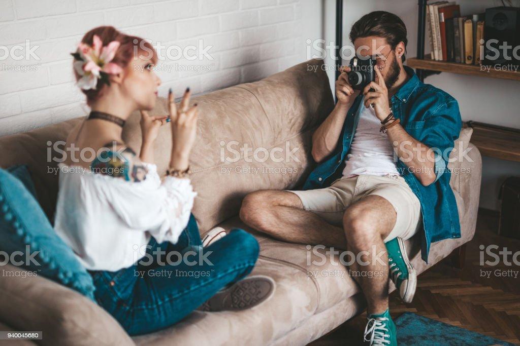 Namorado tirando fotos de sua namorada - foto de acervo