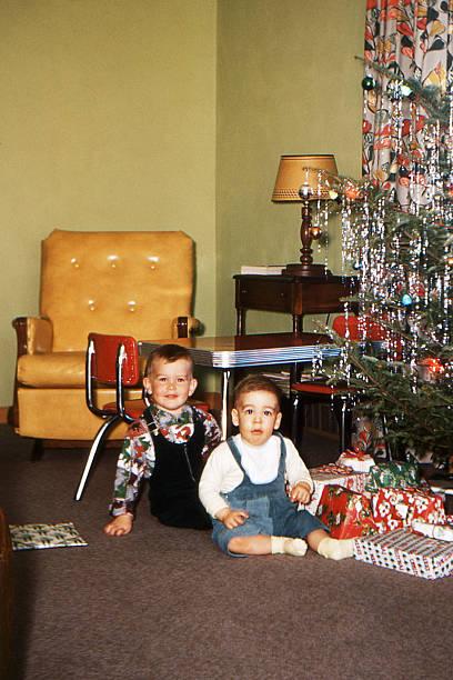 jungen und weihnachtsbaum im wohnzimmer 1953, retro - alte weihnachtsbäume stock-fotos und bilder