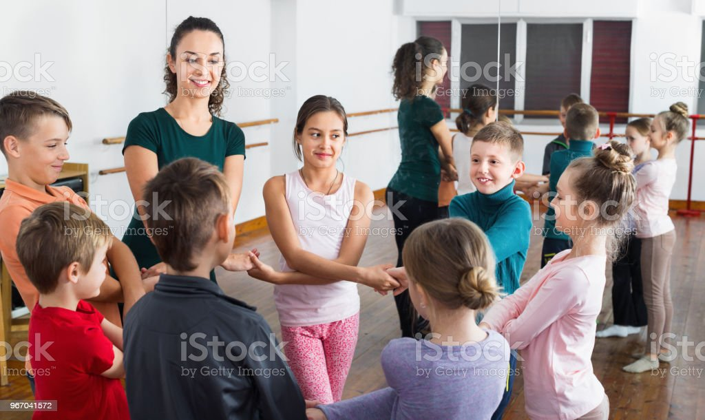 Garçons et filles étudient la danse folklorique en studio - Photo