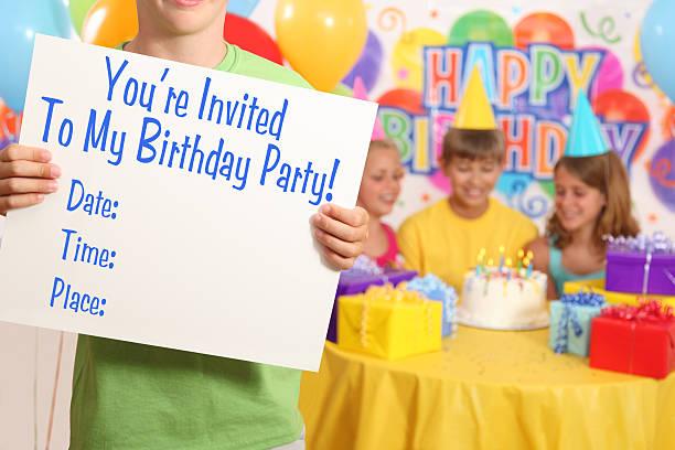 boy's birthday party-einladung - einladungskarten kindergeburtstag stock-fotos und bilder