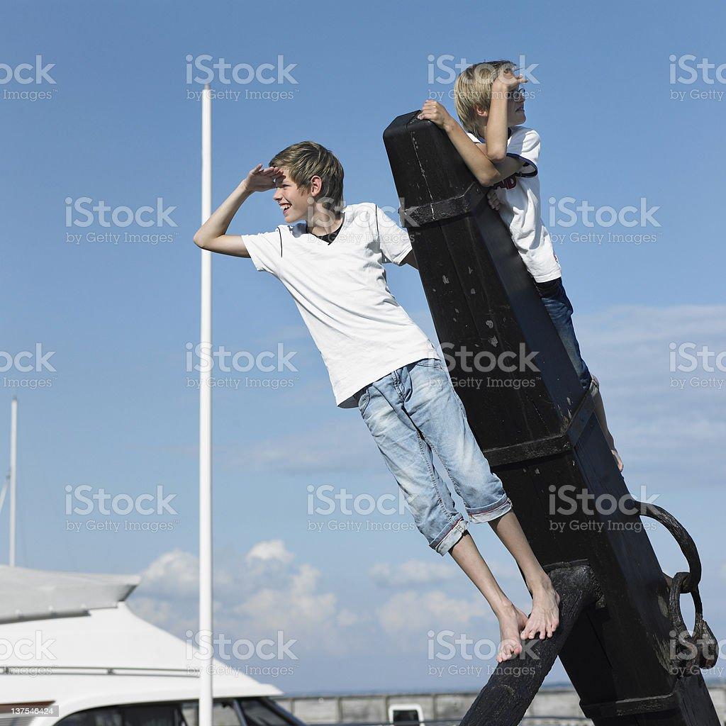 Bambini arrampicata sul molo - foto stock
