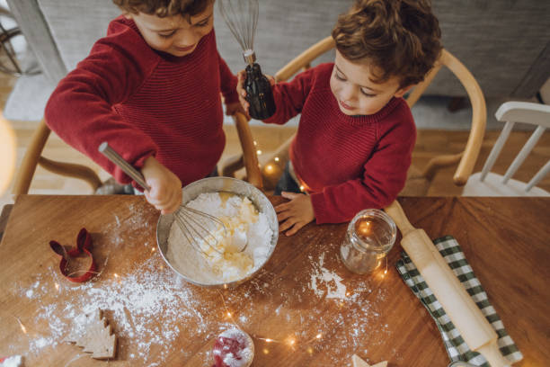 jungen kochen weihnachtsplätzchen - kinder weihnachtsfilme stock-fotos und bilder